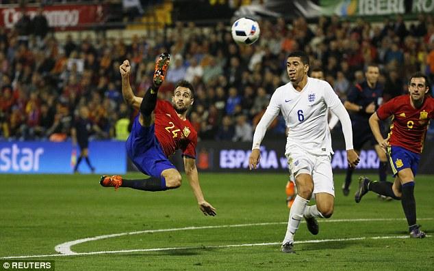 Smalling cũng đã gặp vấn đề vào cuối trận thua Tây Ban Nha