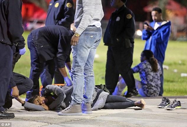 Một người phụ nữ hoảng loạn sau khi chứng kiến vụ xả súng