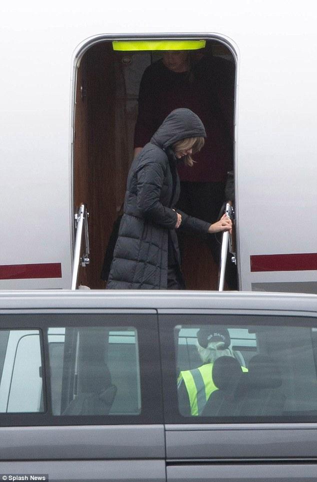Nữ ca sĩ khoác thêm một chiếc áo ấm khi đáp xuống New Zealand