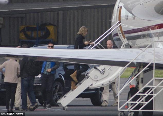 Taylor Swift bị bắt gặp lên chiếc phi cơ riêng để bay tới New Zealand vào hôm 24/11