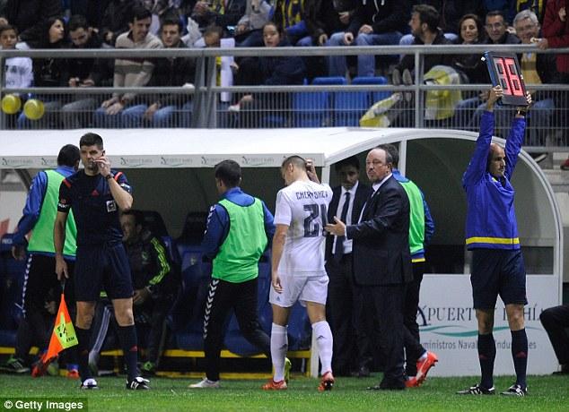Benitez muối mặt thay Cheryshevra sân sau khi phát hiện sai lầm