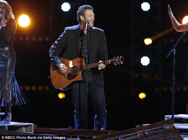 Blake Shelton trên sân khấu The Voice Mỹ ngày 7/12.