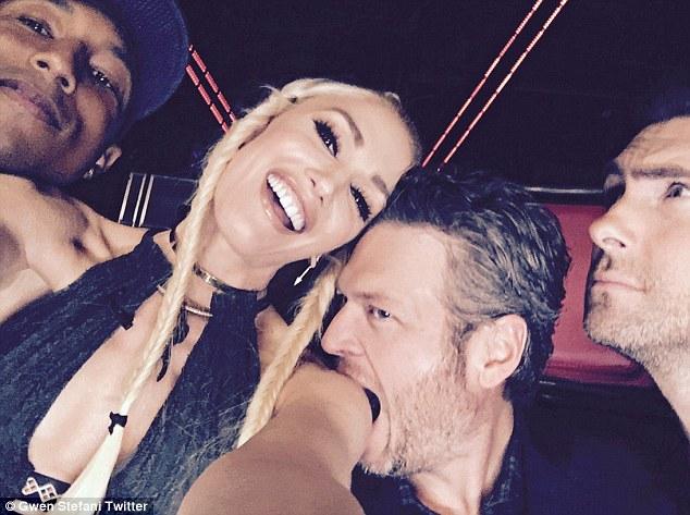 Bức ảnh Blake Shelton cắn Gwen Stefani được nữ ca sĩ đăng tải trên Twitter.