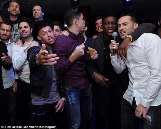 Trong khi đó, các sao Arsenal tổ chứcbuổi hát karaoke vô cùng cuồng nhiệt. Các Pháo thủ có một kỳ Giáng sinh ý nghĩa hơn khi họ đang có nhiều lợi thế trọng cuộc đua vô địch