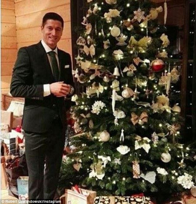 Lewandowski với phong cách quý ông tạo dạng cạnh cây thông noel