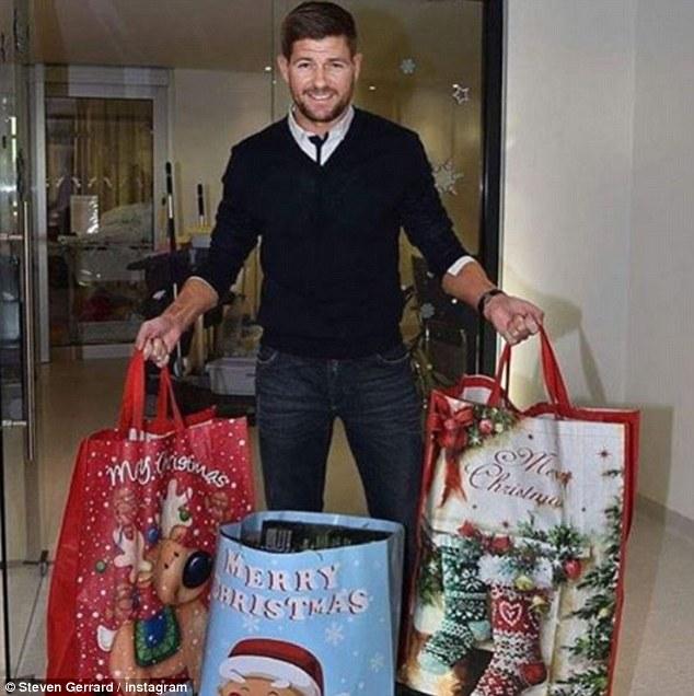 Gerrard tay xách nách mang quà Giáng sinh từ Mỹ trở về Anh