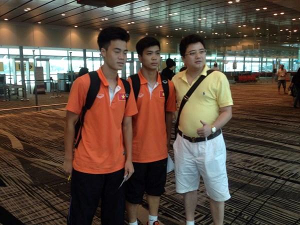 Nhiều người xin chữ ký và chụp ảnh cùng các cầu thủ tại sân bay.