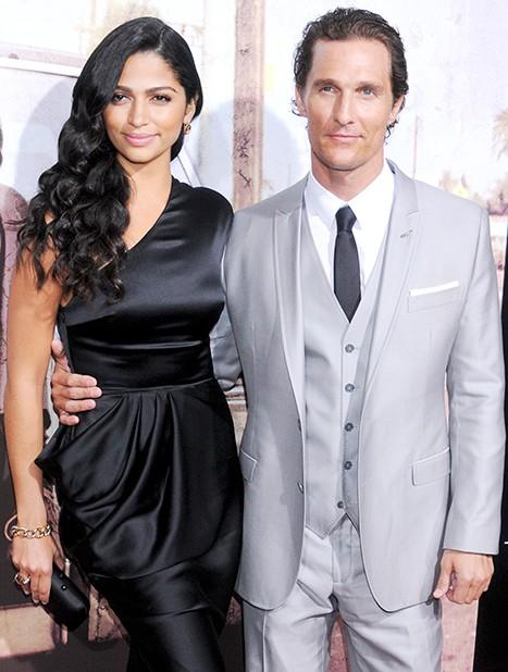 Tài tử Matthew McConaughey sống chung với Camila Alves vào 2006. Họ kết hôn vào năm 2012 và có với nhau 3 người con. Siêu mẫu người Brazil gác lại sự nghiệp catwalk để dành thời gian chăm sóc gia đình.