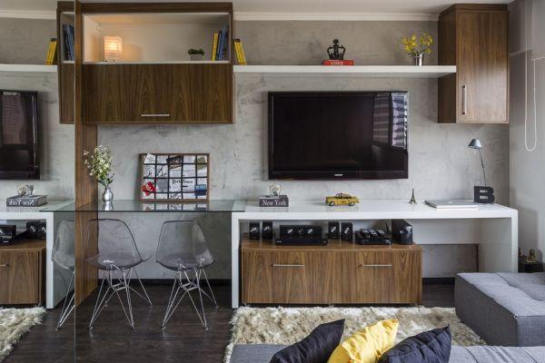 Đối diện sofa là tivi treo tường và 2 góc làm việc tiện ích.