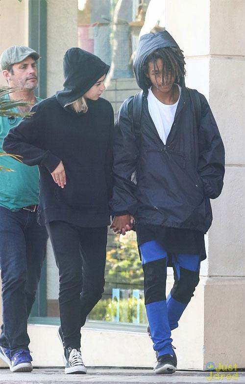 Suốt dọc đường cả hai nắm chặt tay không rời, trò chuyện ríu rít. Đây là lần hiếm hoi con trai Will Smith bị bắt gặp tình tứ với một cô gái.
