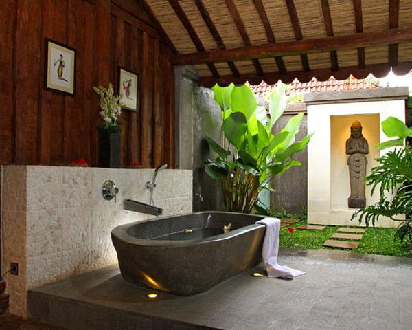 Sàn và bồn tắm nằm được làm bằng đá tự nhiên, tạo cảm giác mát mẻ, sảng khoái sau một ngày làm việc mệt mỏi.