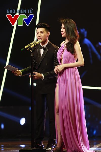 Ca sĩ Noo Phước Thịnh và Thủy Tiên công bố các đề cử ở hạng mục Chương trình Giải trí ấn tượng.