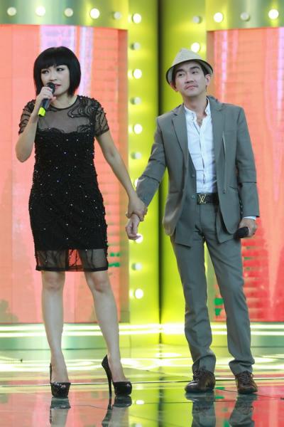 Phương Thanh và bạn thân - ca sĩ Minh Thuận trên sân khấu Ca sĩ giấu mặt.