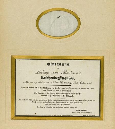 Lá thư mời tới dự lễ tang Beethoven và một lọn tóc nhỏ đã bạc của nhà soạn nhạc.