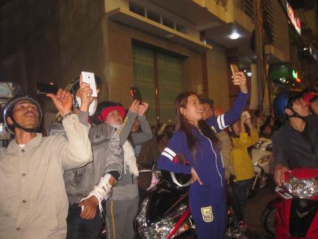 Nhiều người dân vui mừng ghi lại thời khắc thiêng liêng của năm mới (Ảnh: Thiên Thư)