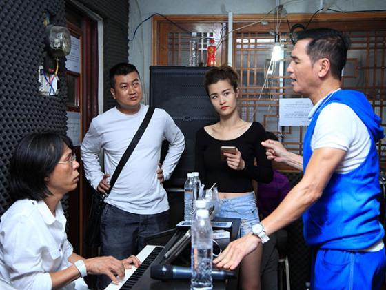 Đông Nhi tập luyện cùng Nguyễn Hưng