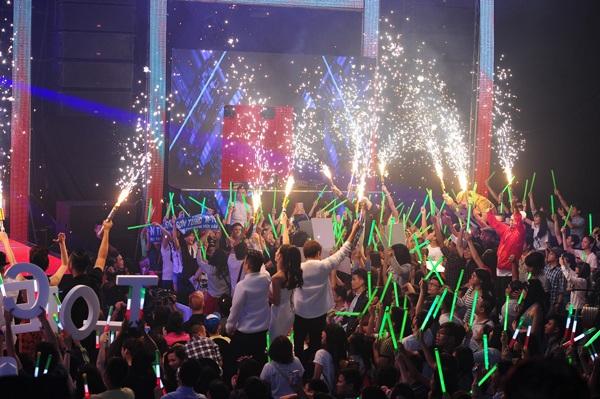 Hòa âm ánh sáng - The Remix 2015 là bữa tiệc âm nhạc vô cùng sôi động và bùng nổ