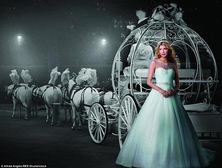 Váy cưới lấy cảm hứng từ nàng Lọ Lem xinh đẹp trong đêm kỳ diệu.