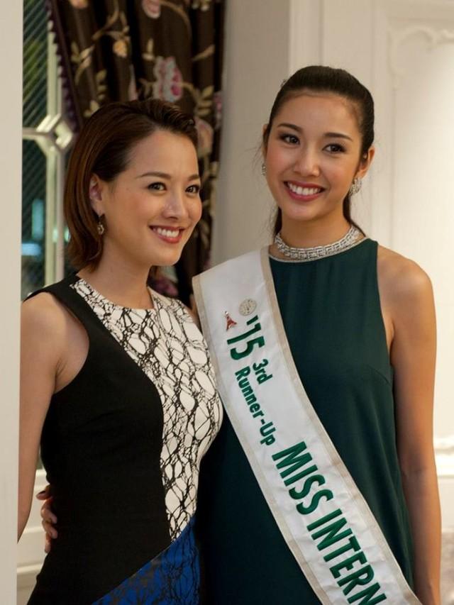 Thúy Vân bên cạnh các thí sinh khác trong cuộc thi