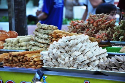 Bến Ninh Kiều với đủ món ăn vặt buổi chiều.