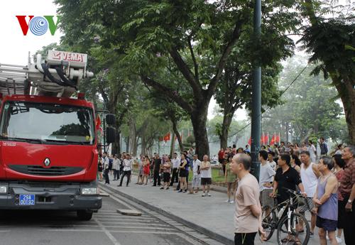 Rất đông người dân tập thể dục chứng kiến vụ cháy