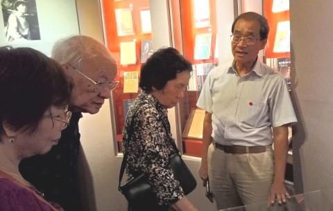 Ông Nguyễn Huy Thắng (phải), giới thiệu gian trưng bày của người cha là nhà văn Nguyễn Huy Tưởng cho vợ chồng nhà văn Vũ Tú Nam.