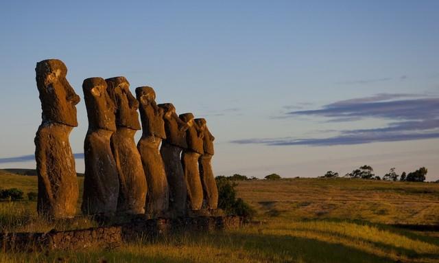 Đảo Phục Sinh ở Chile là một trong những hòn đảo có vị trí bị biệt lập nhất trên thế giới. Tuy nhiên, nơi đây lại rất nổi tiếng với vẻ đẹp tự nhiên hoang sơ vốn có hay những câu chuyện đầy bí ẩn xoay quanh gần 900 bức tượng đá Moai khổng lồ.