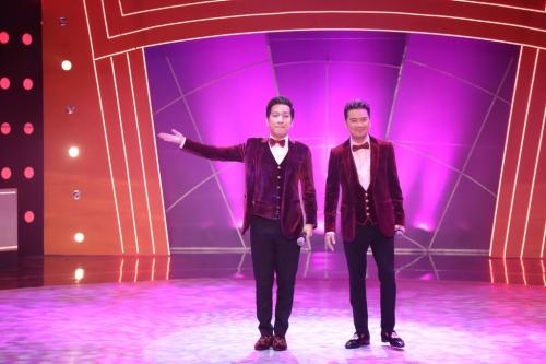 Mở màn tập 7, khán giả đã có dịp chứng kiến Trường Giang hóa thân vào vai ca sĩ Đàm Vĩnh Hưng. Bước ra sân khấu với bộ vest màu nhung đỏ, quần áo và mái tóc giống bản chính, anh nhận được nhiều tràng vỗ tay cổ vũ của khán giả.