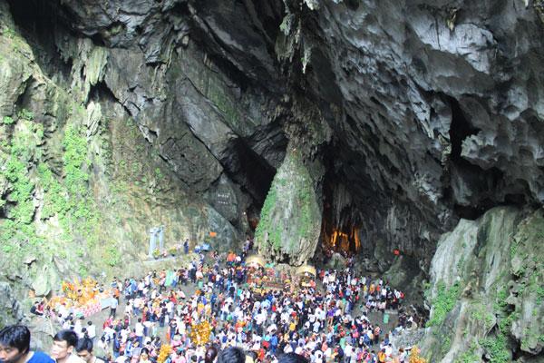 Đông đảo du khách về dự Lễ hội chùa Hương trong ngày khai hội.