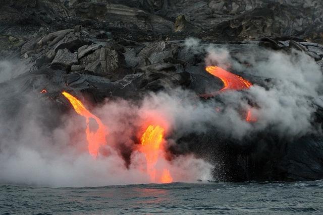 Được biết, vườn quốc gia núi lửa Hawaii là thành quả của 30 triệu năm dưới tác động núi lửa, migration và tiến hóa các quá trình làm xô đẩy đất trần từ biển, tạo ra một hệ sinh thái hỗn hợp và độc đáo với một nền văn hóa nhân loại riêng biệt. Ảnh: amazingplacesonearth.