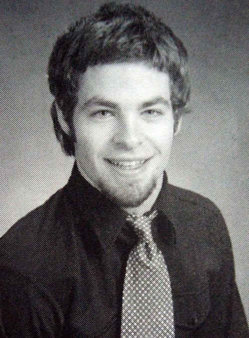 Chris Pine trông già dặn so với bạn bè đồng trang lứa thời trung học.