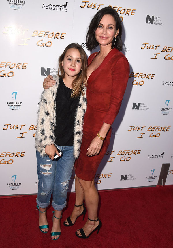 Coco Arquette xuất hiện cùng mẹ - nữ diễn viên Courteney Cox trên thảm đỏ một buổi ra mắt phim mới đây ở Los Angeles. Dù mới 10 tuổi nhưng Arquette đã biết ăn mặc khá thời trang.