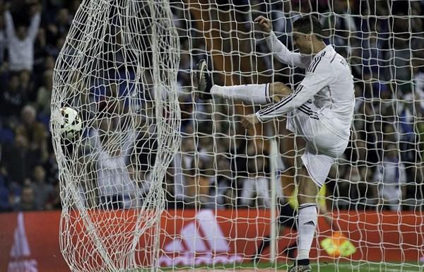 Mất cơ hội vượt sâu Messi, Ronaldo nổi cơn tam bành - Ảnh 1