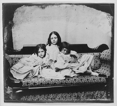 Ba chị em Lorina, Edith và Alice Liddell. (Ảnh chụp năm 1859)