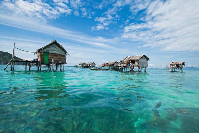 Những căn nhà được dựng tạm trên biển