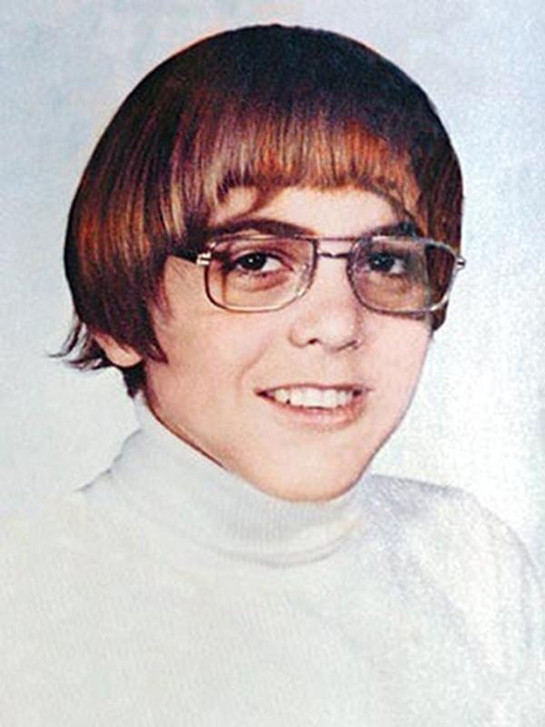 Tài tử Goerge Clooney nổi tiếng là điển trai, đào hoa từng có có thời để kiểu tóc Beatles với mái bằng, cùng cặp kính cận.