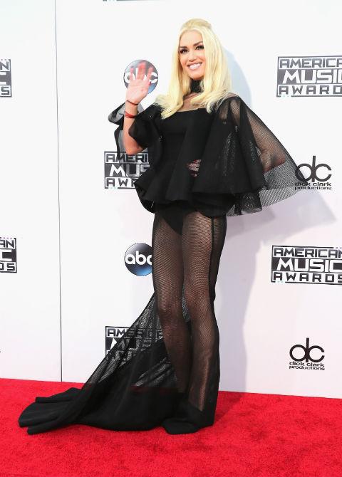 Gwen Stefani diện trang phục đen rườm rà theo phong cách người dơi nhưng lại xuyên thấu táo bạo.