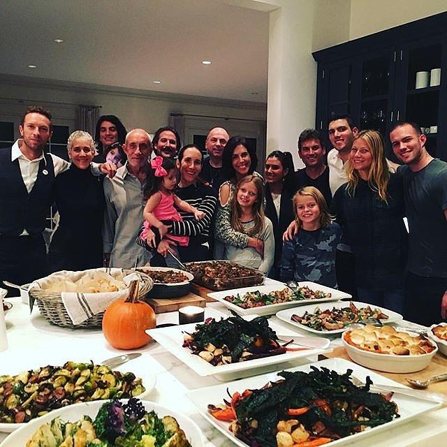 Dù không còn chung sống nhưng Chris Martin và Gwyneth Paltrow vẫn trở về tụ họp bên gia đình trong dịp Lễ tạ ơn.