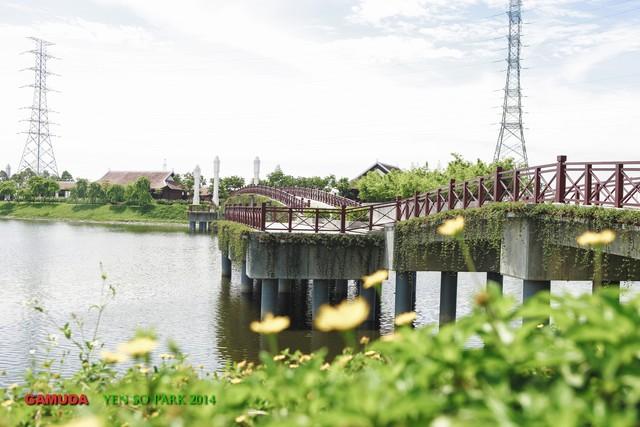 Cầu Son tại Công viên Yên Sở - công trình giao hòa giá trị truyền thống và hiện đại. (Ảnh: Trí Thức Trẻ)