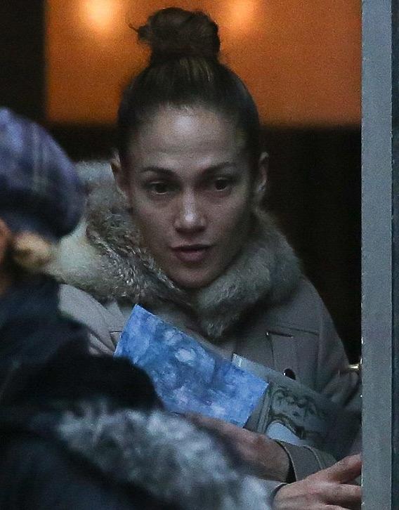 Những nhược điểm tuổi tác của Jennifer Lopez cũng bị lộ khi thiếu đi lớp phấn son dày.