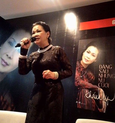 Khánh Ly lần lượt hát Quê hương, Để gió cuốn đi, Ca dao mẹ, Diễm xưa khiến khán giả xúc động.