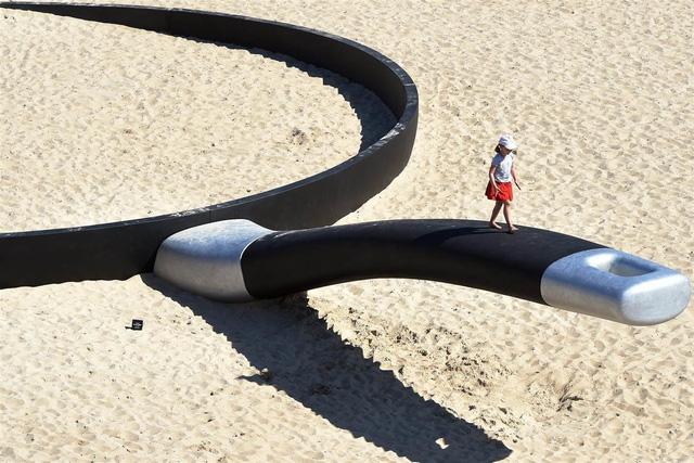 Chiếc chảo khổng lồ này là một tác phẩm nghệ thuật, được đặt ngoài trời với ngụ ý mô tả thời tiết nóng như thiêu ở Sydney.