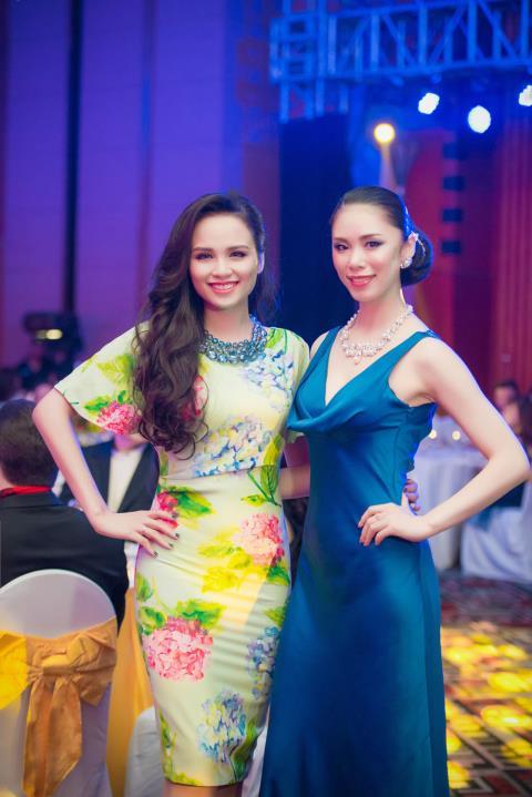 Hoa hậu Riyo Mori (phải) đăng quang khi 20 tuổi.