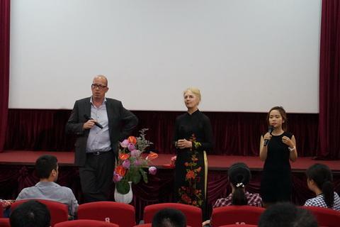 Đạo diễn Arne Birkenstock (ngoài cùng bên trái) giao lưu với khán giả.