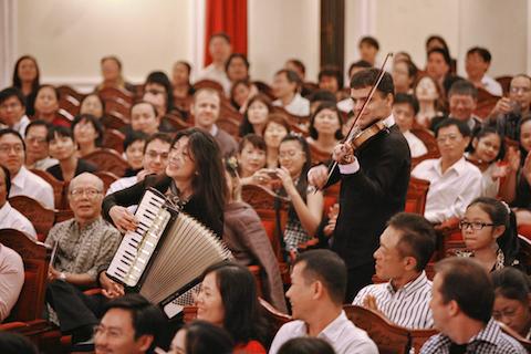 Nghệ sỹ dương cầm Pamela Nicholson và vĩ cầm thủ Vasko Vassilev trong lần biểu diễn tại Việt Nam năm 2011. Cách chơi gần gũi của họ đã khiến khán giả rất thích thú.