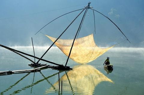 Chung khảo hạng mục Du lịch: Ảnh của Lý Hoàng Long chụp người đàn ông đang ngồi bên chiếc lưới đánh cá vào buổi sáng ở hồ Tuyền Lâm, Đà Lạt, Lâm Đồng vào tháng 3/2014, bằng máy Nikon D700.