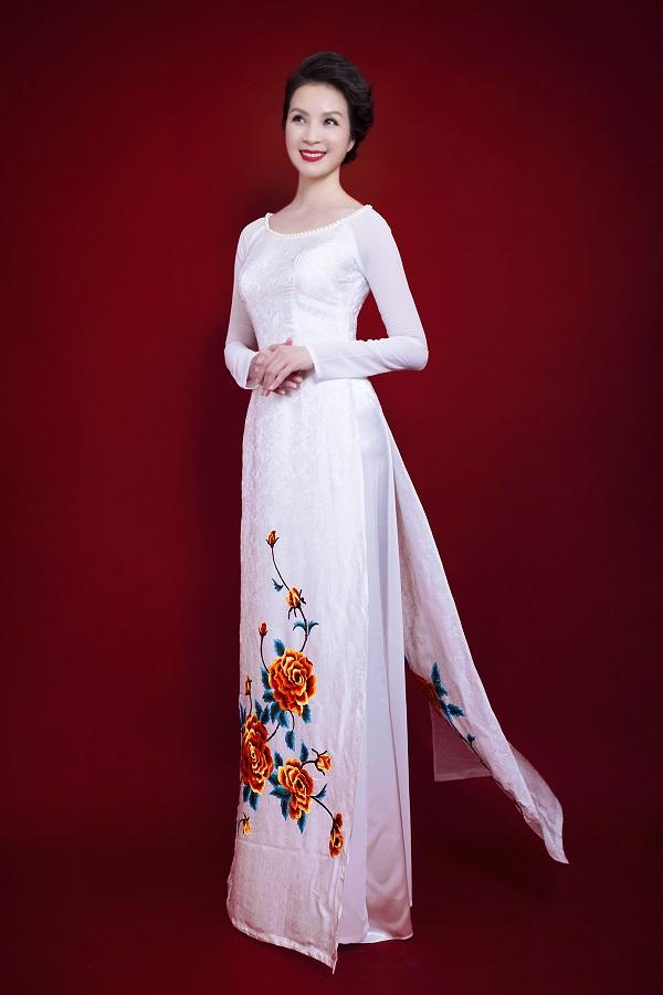 Người đẹp U40 vẫn vô cùng duyên dáng và trẻ trung với tà áo dài Việt.