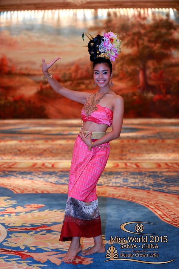 Người đẹp Thái Lan yêu kiều trong bộ cánh sắc hồng của quê hương