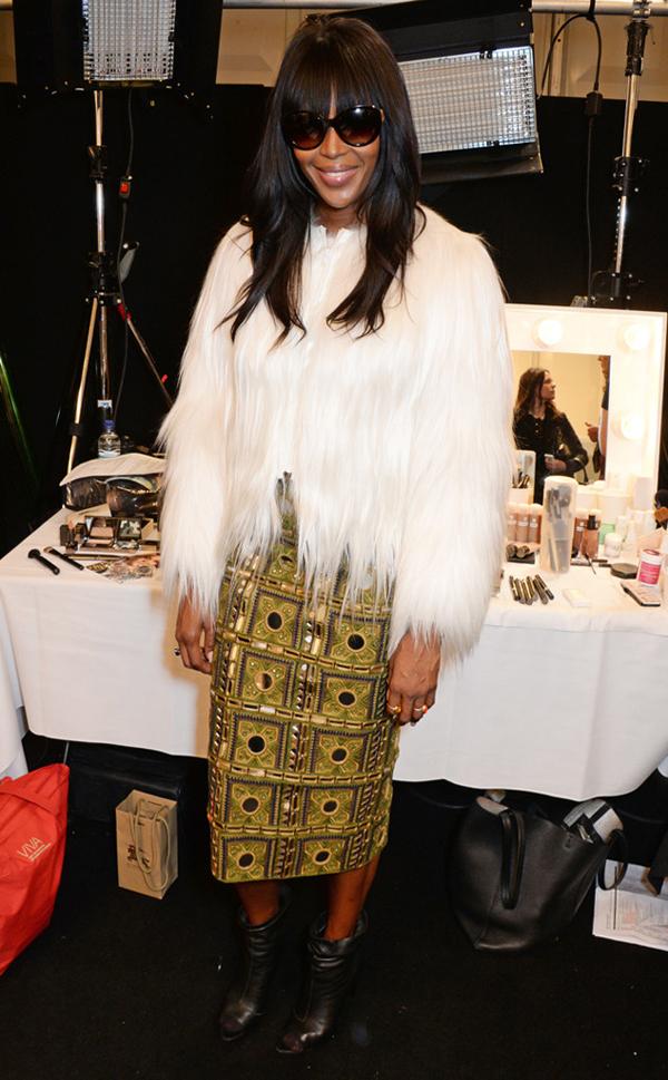 Sau thành công ở Tuần lễ thời trang New York 2015, Naomi Campbell tiếp tục xuất hiện ở Tuần lễ thời trang London, diện áo lông và váy đính đá lấp lánh.