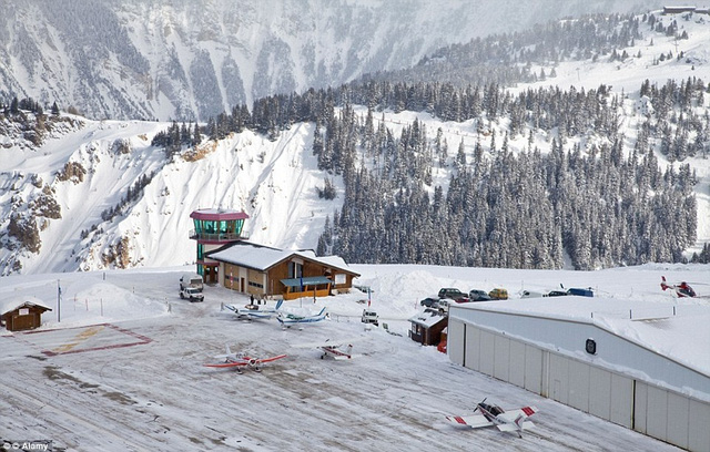 Sân bay Courchevel ở Pháp được đánh giá là một trong những nơi nguy hiểm nhất thế giới khi các đường băng rất ngắn, theo sát sườn núi, đồng thời nó bị phủ đầy tuyết trong mùa trượt tuyết.